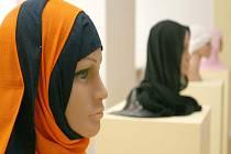 Způsob nošení šátku se liší podle zemí a také podle společenského postavení.