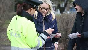Preventivní akce Policie ČR zaměřená na viditelnost chodců na silnicích.