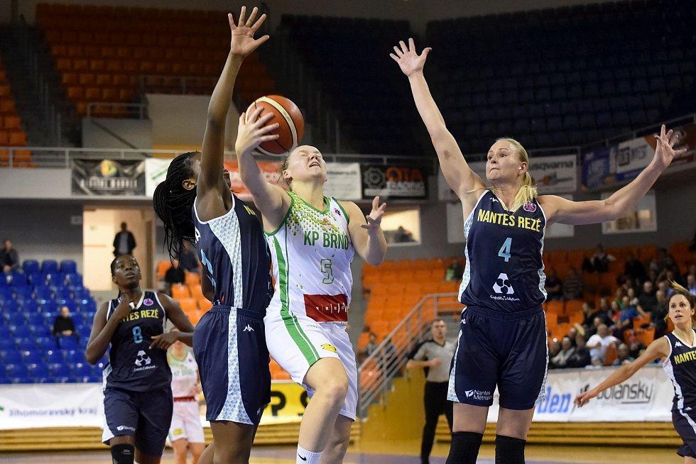 EuroCup žen mezi domácím KP Brno (v bílém) a Nantes Reze z Francie.