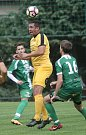 Fotbalisté brněnské Svratky (ve žlutém) zdolali 2:1 Rousínov a pokračují v krajském přeboru bez porážky.