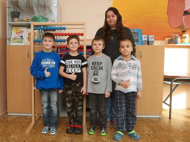 Žáci 1.třídy ze ZŠ ve Vysokých Popovicích spaní učitelkou Ivanou Polákovou.