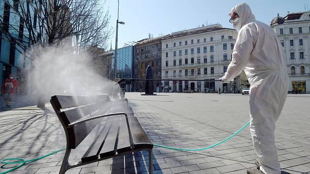Brno 6.4.2020 - začala plošná dezinfekce veřejných prostor na náměstí Svobody