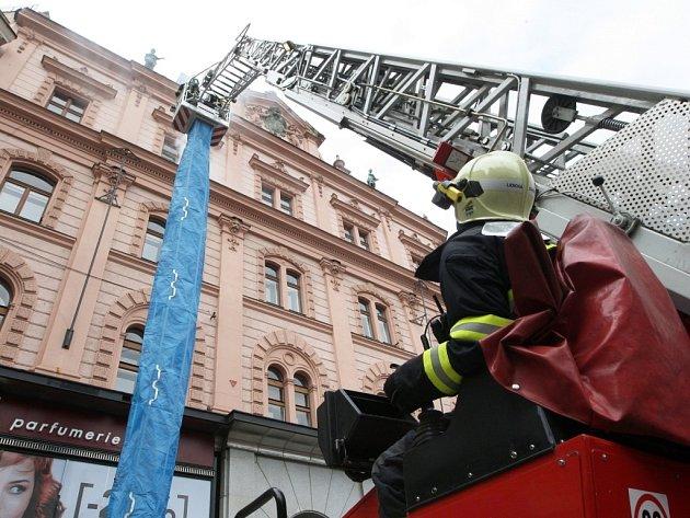 Po páté hodině odpoledne se v pátek na brněnském náměstí Svobody rozezvučely sirény hasičských aut.