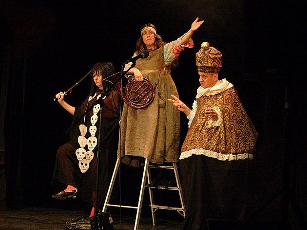 Představení Divadla Sklep se vyznačují svérázným a osobitým humorem propojeným s hudebními scénkami.