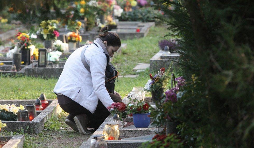 Lidé vzpomínají na své zesnulé příbuzné.
