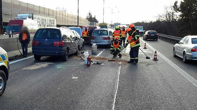 Na D1 se při dvou nehodách srazilo sedm aut. Řidiči místo objíždějí přes Kývalku