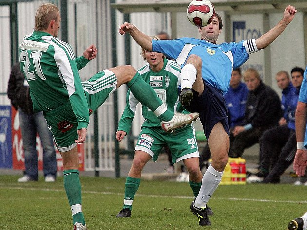 Fotbalisté Dosty Bystrc (v zeleném).