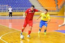 Futsalisté Helasu se opět spolehnou na svou hvězdu Davida Cupáka (na snímku v červeném dresu).