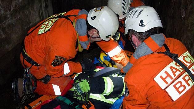 Zraněnou ženu z podzemí zachraňovala lezecká družstva tří směn brněnských hasičů. Šlo o prověřovací cvičení. Hasiči měli za úkol zajistit ženě prvotní ošetření a následně ji transportovat zpět na povrch.