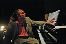 MILOŠ ORSON ŠTĚDROŇ. Syn známého brněnského skladatele hraje ve svém hudebně dramatickém díle na klavír.