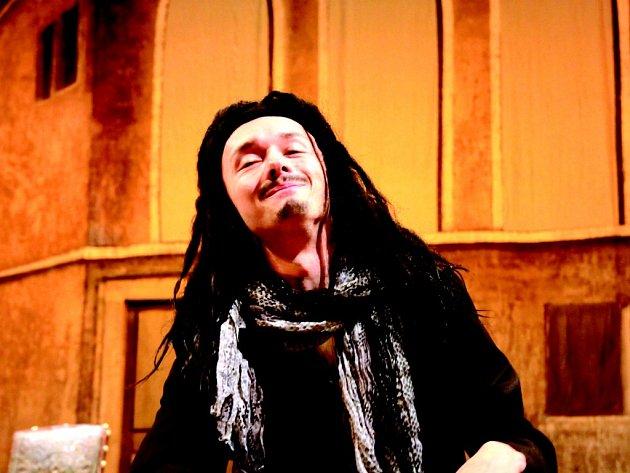 Režisér Ivan Rajmont nastudoval se souborem Mahenovy činohry nejslavnější renesanční komedii Niccolò Machiavelliho Mandragora.
