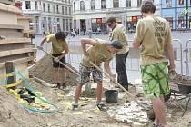 Písek na brněnském náměstí Svobody se promění v umělecká díla. Třetího června tam začne největší písečná sochařská soutěž ve střední Evropě nazvaná Golden Sand Festival.