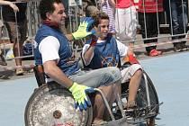 Sobotní odpoledne trávili netradičně brněnští strážníci. Svou sílu a dovednosti otestovali při zápase ragby. Celou dobu však museli zápasit na invalidních vozících.