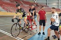 Dominik Topinka (černobílé kolo) a Matěj Bohuslávek (žlutomodré kolo) na tréninku Dukly Brno ve Vídni.
