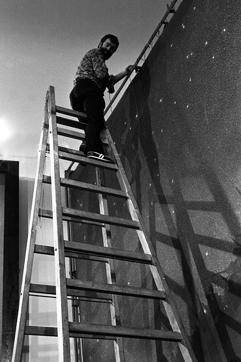Demontáž, balení a odvoz pláten na výstavu do Německa v roce 1990. Na snímku restaurátor Pavel Kobylka. Foto: Jiří Sláma