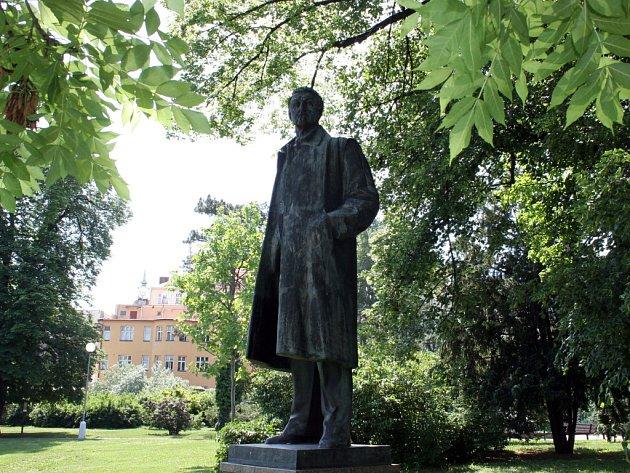 Socha Jiřího Mahena v parku poblíž Rooseveltovy ulice.