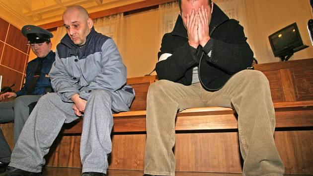 Dva z šestice obžalovaných vyděračů před soudním tribunálem