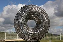 Ocelový Uroboros, neboli had polykající vlastní ocas a formující kruh.