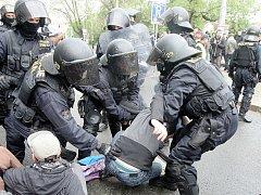 Zásah policistů při prvomájové blokádě pochodu příznivců sdružení Dělnická mládež v Brně.