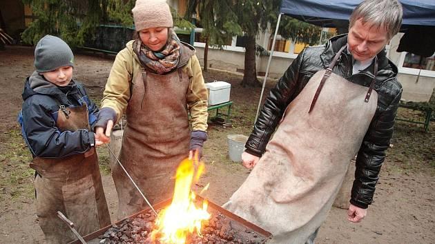 Jak fungují některá řemesla poznaly děti ve Středisku volného času Lužánky na pobočce na Lesné.