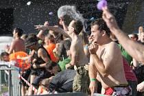 Téměř tři stovky lidí se sešly v areálu tělovýchovné jednoty Favorit, aby zakončily pracovní týden vodní bitvou. Hozením 24 524 nafukovacích balónků naplněných vodou účastníci akce překonali rekord, který doposud držela Plzeň.