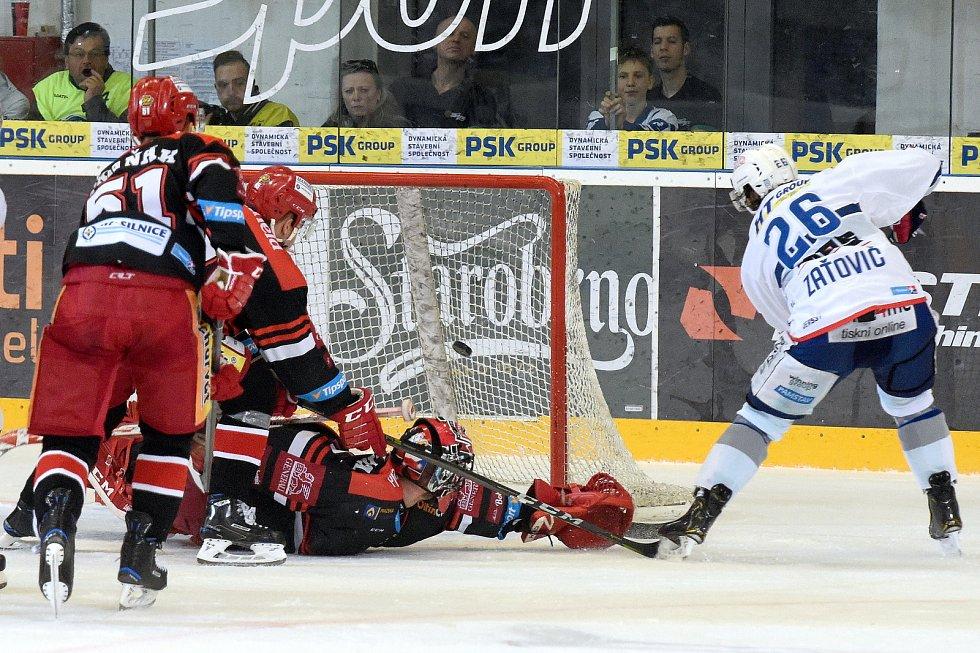 Čtvrté utkání mezi Kometou Brno v bílém a Hradcem Králové - Martin Zaťovič dává třetí, vítězný gól.