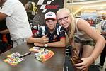 Filip Salač s fanynkou při podepisování na autogramiádě jezdců Moto GP v brněnské Vaňkovce.
