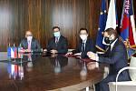 Brno 14.10.2020 - podpis koaliční smlouvy ve vile Tugendhat - zleva František Lukl, Jiří Nantl, Jan Grolich a Lukáš Dubec