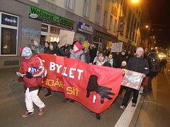 Demonstrace v ulicích Brna. Desítky rodin bydlících v brněnských bytových domech ve Vlhké, Bratislavské, Francouzské a Staré ulici řeší, jestli budou mít v novém roce kde spát.