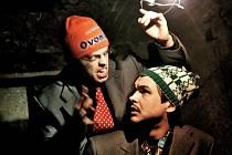 Divadlo Onion Picnic uvedlo jako svoji první premiéru Mroźkovy Emigranty. V příběhu o dvou emigrantech, egoistickém intelektuálovi a poněkud primitivním chlapovi z vesnice, hrají Václav Hanzl a Slávek Bílský
