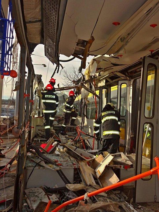 Brněnští hasiči nacvičovali vytvoření přístupové a záchranné cesty, dělení karoserie vozu nebo volbu vhodných technických prostředků k vyprošťování.