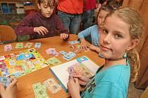 Děti soutěžily v deskové hře Košík plný rozumu.