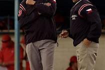 Baseballový rozhodčí Radek Mlčák (vlevo) může mít po zásahu míčkem trvalé následky.