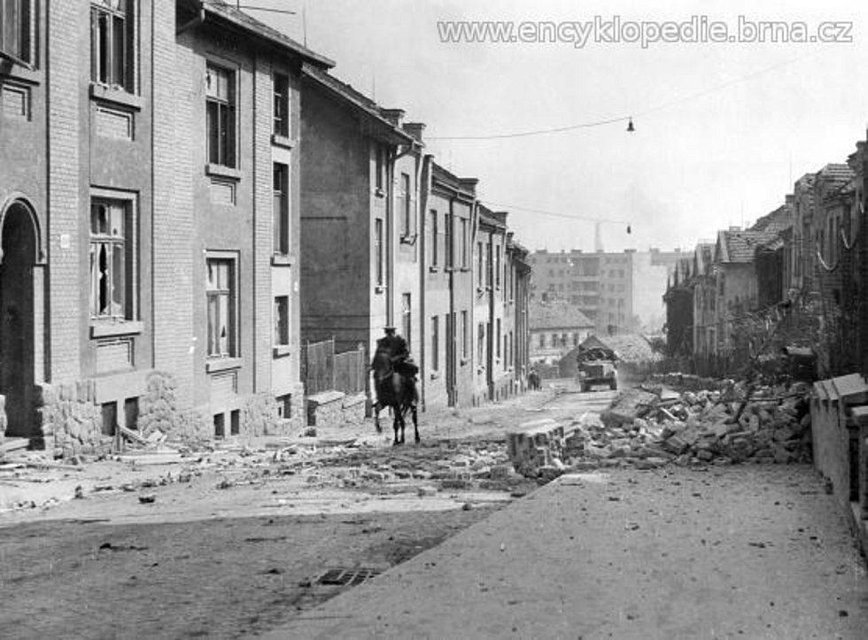Rudá armáda postupuje Tišnovskou ulicí na frontu do Cacovic (27. 4. 1945).