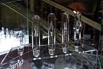 Vestibul brněnského Mahenova divadla zdobí nově ukázky historických světelných zdrojů a zápalek.
