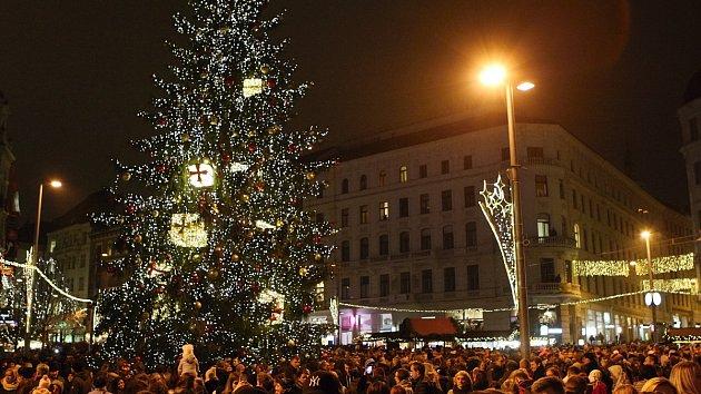 Těsnohlídkův vánoční strom v Brně se rozzářil. Centrem prošli krampusové
