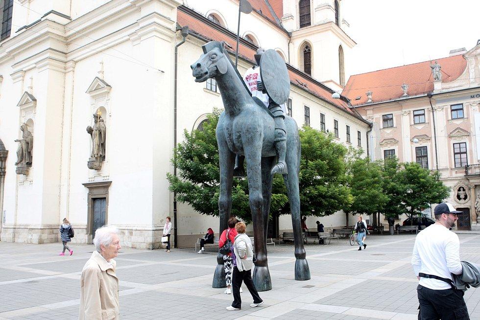 Jezdeckou sochu Jošta Moravského na brněnském Moravském náměstí ozvláštnil ve středu dopoledne neobvyklý módní doplněk. Na jezdci se objevilo tričko s nápisem Pro nádraží v centru.