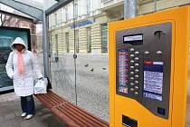 Ani dva měsíce po otevření Joštovy a České ulice nefungují na zastávkách automaty na jízdenky. Dopravní podnik slibuje, že je zprovozní nejpozději v pondělí.