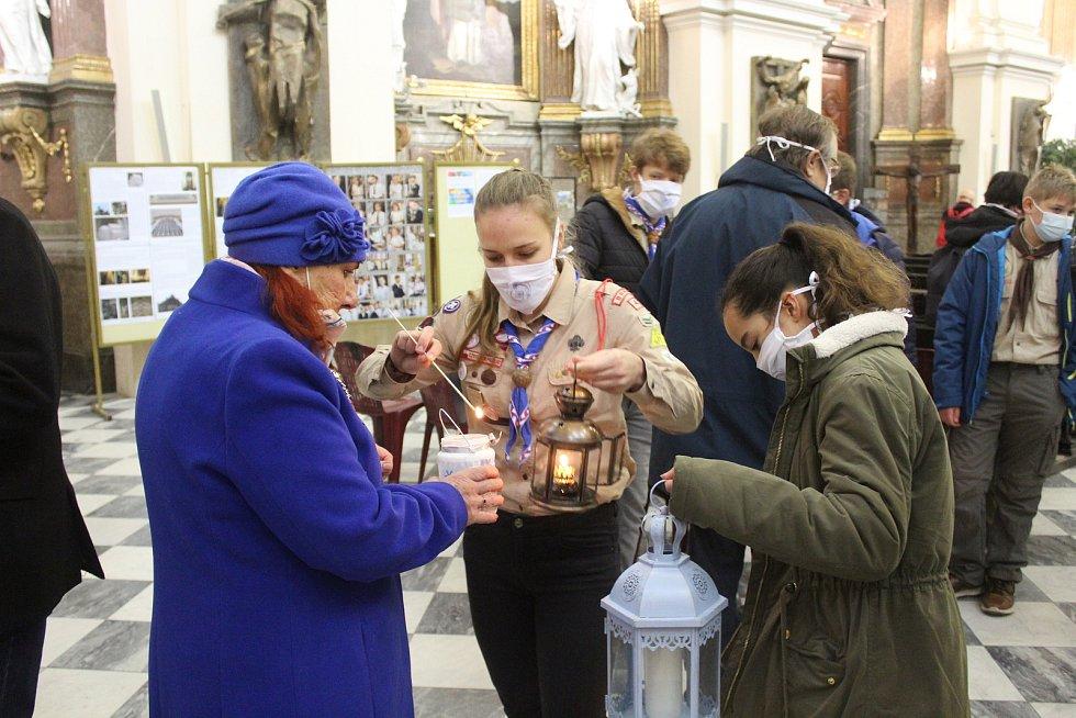 Pro světlo si Olga Felediová do katedrály přišla i letos.