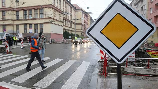 Vypnuté semafory na křižovatce Kounicovy a Kotlářské: 5 nehod za jedno odpoledne