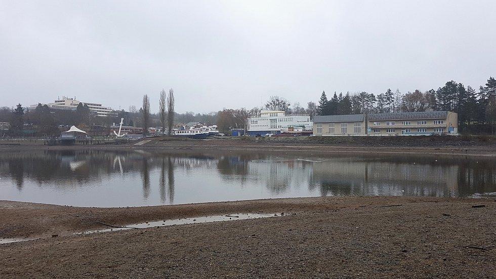 Snížená hladina brněnské přehrady.