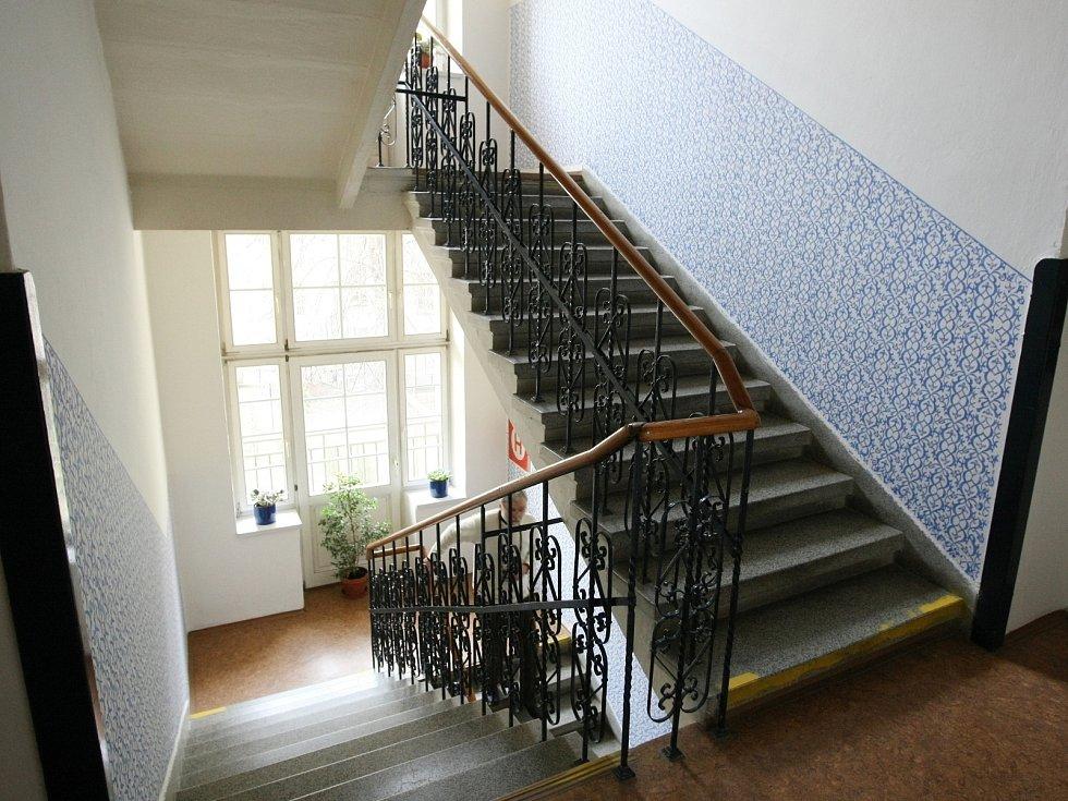 Rohová třípatrová budova ženské útulny v Gorkého ulici v Brně má dvě palácová průčelí. Dekorativní prvky jsou secesní. Zpod ženských masek v horní části splývá bohatá rostlinná dekorace.
