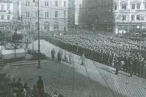 Brněnská posádka nastoupená k přísaze nové republice na náměstí Svobody v listopadu 1918.