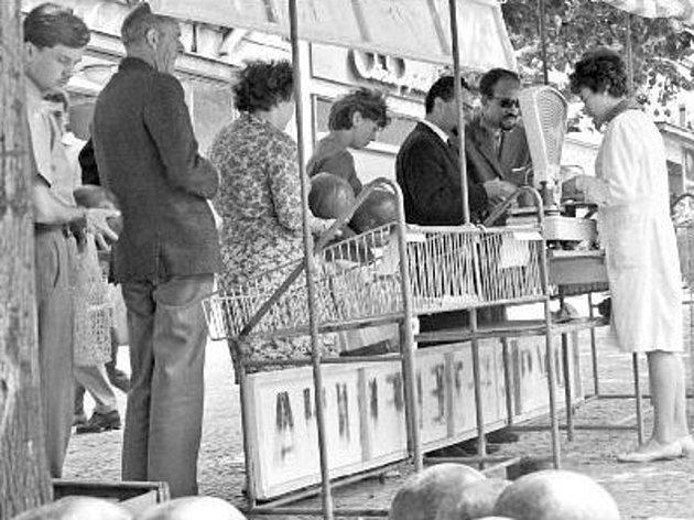 Zatímco k jablkům se přes známé a příbuzné na venkově snadno dostávali i lidé ve městech, sehnat banány nebo citrusové ovoce nebylo před revolucí jednoduché. Zaručené zprávy, kam přivezou banány, se šířily šeptem.