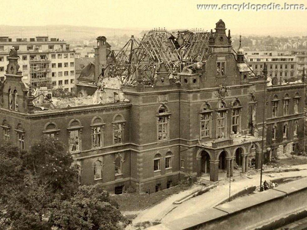 19. 8. 1945 - Bourání Německého domu v Brně (krátce před zahájením demolice). Fotografii poskytl pan Antonín Brzobohatý.
