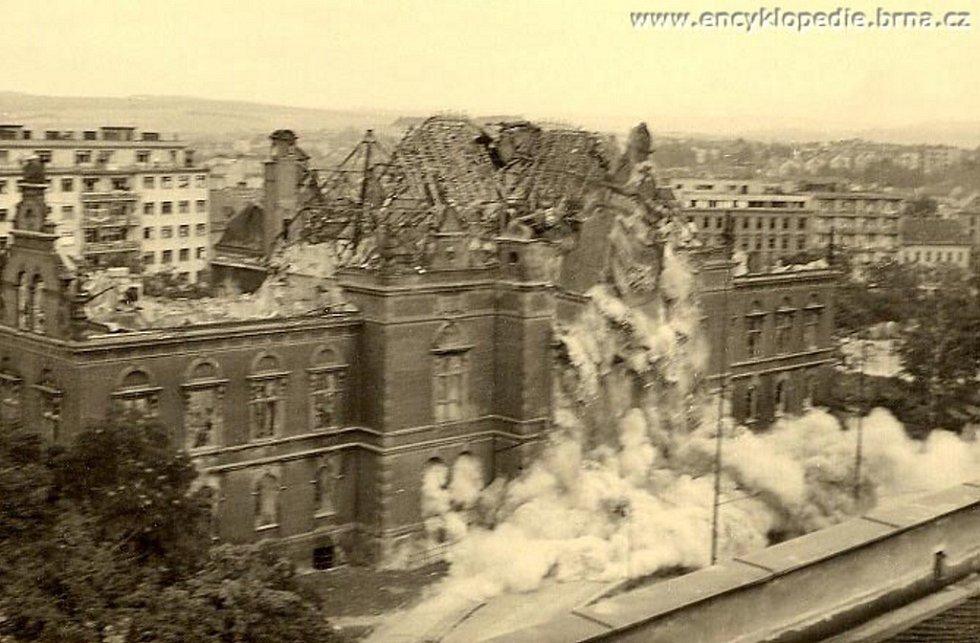 19. 8. 1945 - Bourání Německého domu v Brně. Fotografii poskytl pan Antonín Brzobohatý.