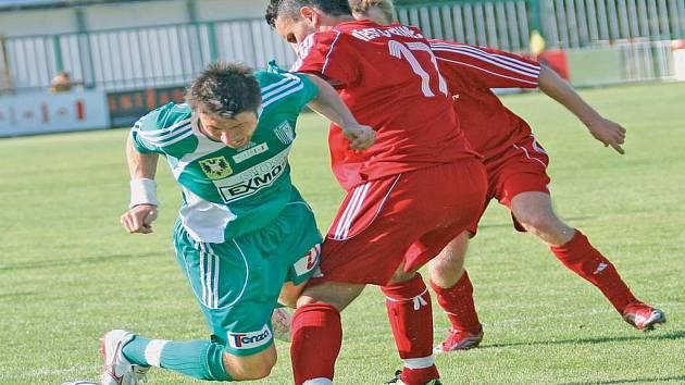 Fotbalistům Bystrce se nepodařilo vstřelit branku. Neprosadil se ani záložník Michal Belej (vlevo v souboji s třineckým Františkem Brezničanem).