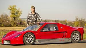 Automechanik Kamil Fronc z Opatovic na Brněnsku si doma sám vyrobil sportovní auto.