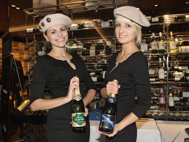 Ochutnat pravé šampaňské víno mohli ve středu zájemci na devátém ročníku festivalu Grand Jour de Champagne v brněnském hotelu International. Luxusní nápoj podával jedenatřicetiletý držitel michelinské hvězdy Belgičan Michael Nizzero.