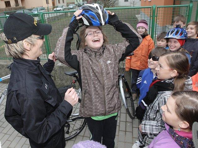 Základy bezpečného chování na silnici a cyklostezkách probírali policejní cyklohlídky se žáky základní školy v Kuřimi na Brněnsku.